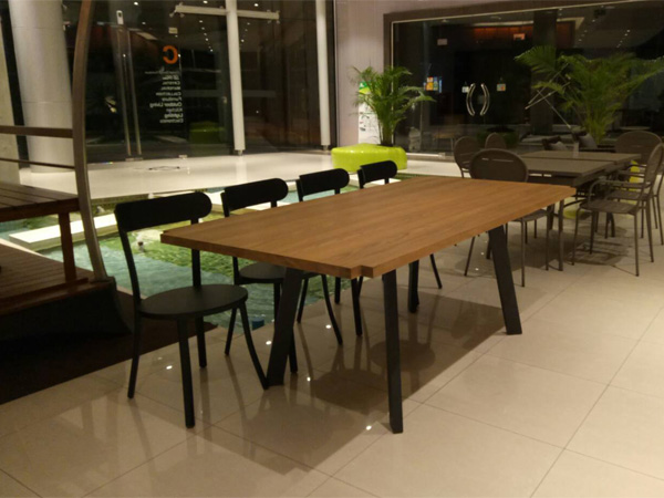 โต๊ะโครงอลูมิเนียมพ่นสีสไตล์ลอฟท์หน้าโต๊ะทำจากไม้สัก Lille (Loft Style)